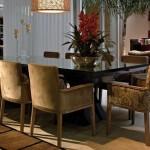 Mesa laqueada com cadeiras de braço: requinte e conforto para o jantar